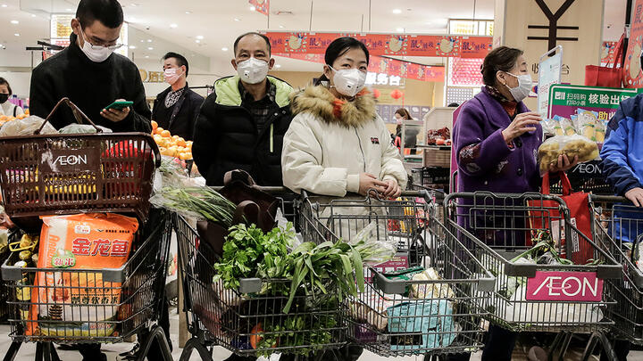 Shoppers wearing masks in Wuhan, China, on January 23. Photo: Getty Images.
